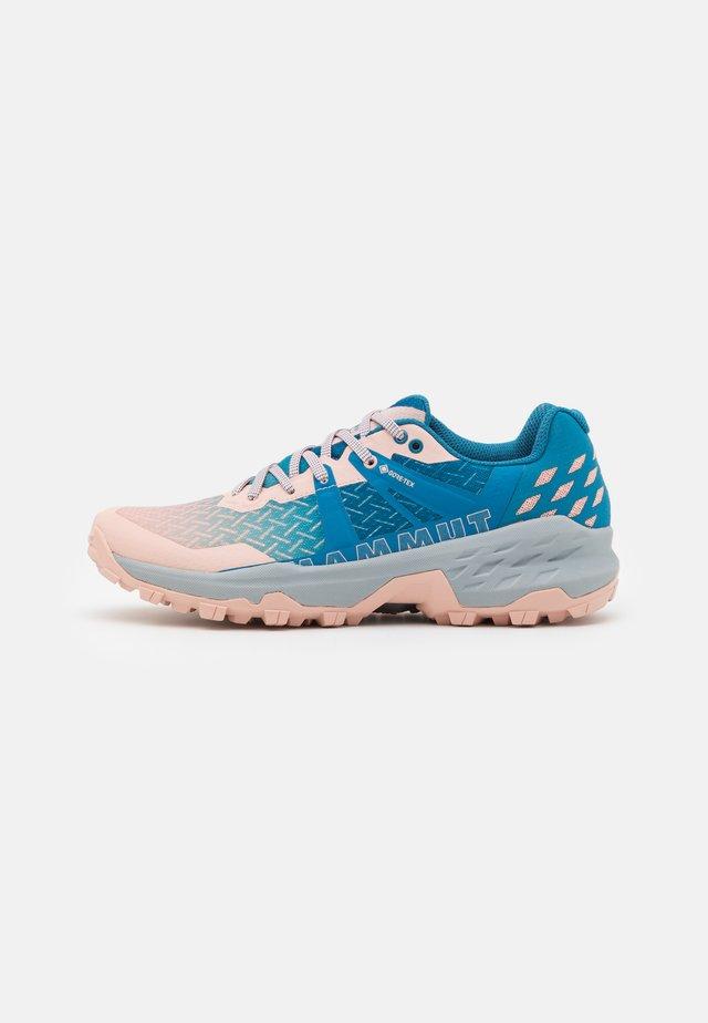SERTIG II LOW GTX - Chaussures de marche - evening sand/sapphire