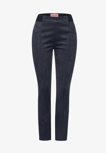 IN VELOURS - Trousers - blau