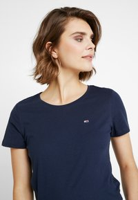 Tommy Jeans - SOFT TEE - Camiseta básica - black iris - 4