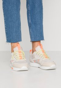 Reebok Classic - RIPPLE TRAIL - Sneakers - stucco/lemon glow/solar orange - 0