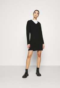 Pieces - PCELLEN V NECK DRESS - Pletené šaty - black - 1