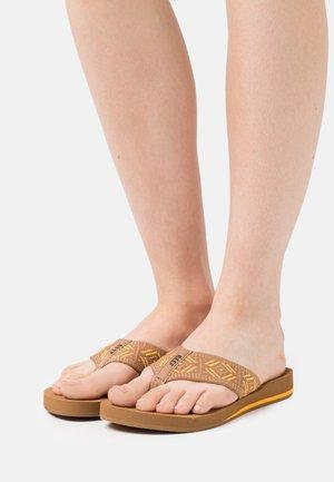 SPRING - Sandály s odděleným palcem - saffron