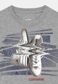 Converse - SHIFTED CHUCKS UNISEX - T-shirt imprimé - grey heather - 2