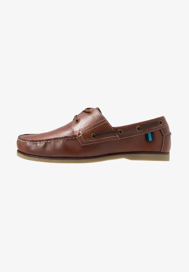 WIDE CLASSIC BOAT SHOE - Boat shoes - brown