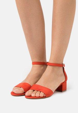 Sandaalit nilkkaremmillä - flame