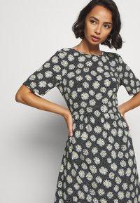 Dorothy Perkins Petite - DAISY SPOT MIDI DRESS - Denní šaty - black - 3