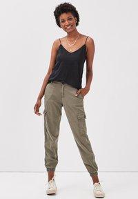 BONOBO Jeans - UMWELTFREUNDLICHE  - Cargo trousers - vert kaki - 1