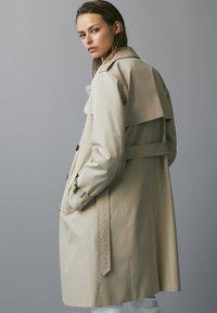 Massimo Dutti - MIT INNENSEITE IM HAHNENTRITTMUSTER - Trenchcoat - beige - 1