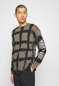 Mennace - GRUNGE MENNACE GRID TIE DYE TEE - Long sleeved top - khaki - 0