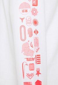 Nike Sportswear - WORLDWIDE - Bluzka z długim rękawem - white - 2