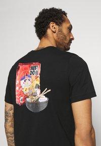 Nike Sportswear - TEE FOOD RAMEN - Triko spotiskem - black - 4