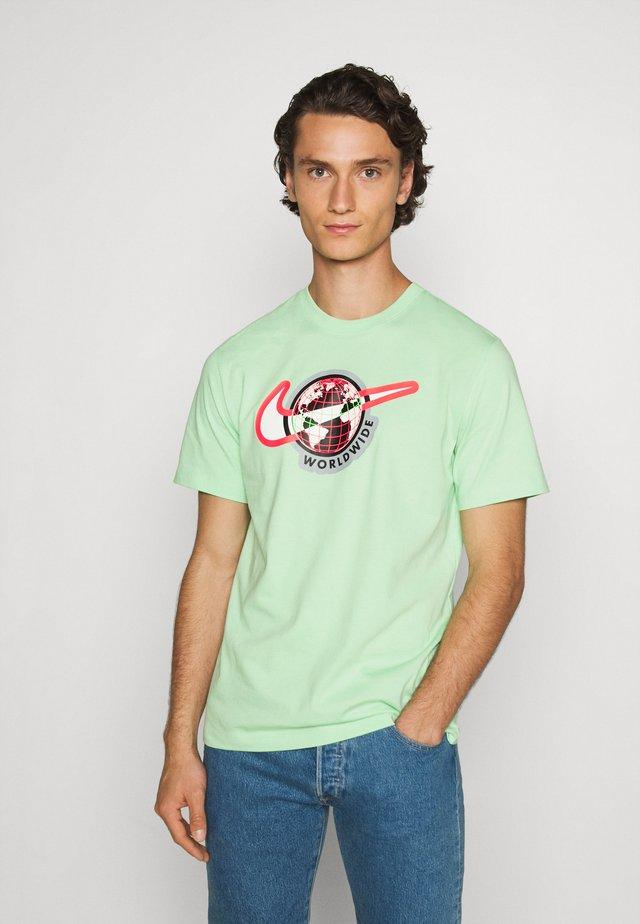 TEE WORLDWIDE - Print T-shirt - cucumber calm