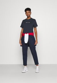 Tommy Jeans - LINEAR LOGO TEE - T-shirt basic - twilight navy - 1