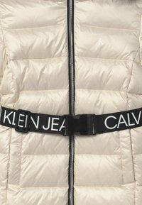 Calvin Klein Jeans - ESSENTIAL LONG - Kabát zprachového peří - off-white - 4
