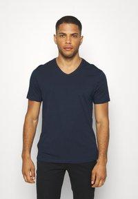 Pier One - 3 PACK - T-Shirt basic - khaki/tan/dark blue - 4