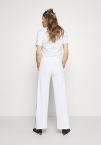 Peak Performance - FLOW WIDE PANT - Tracksuit bottoms - white - 2
