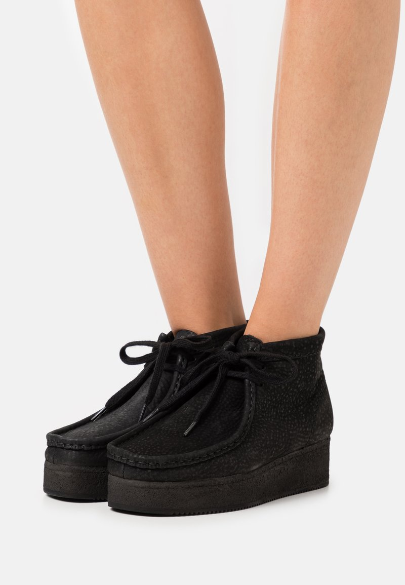 Clarks Originals - WALLABEE WEDGE - Nauhakengät - black