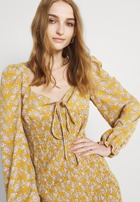 Glamorous - PUFF LONG SLEEVE SMOCKED MINI DRESS - Day dress - ochre - 3