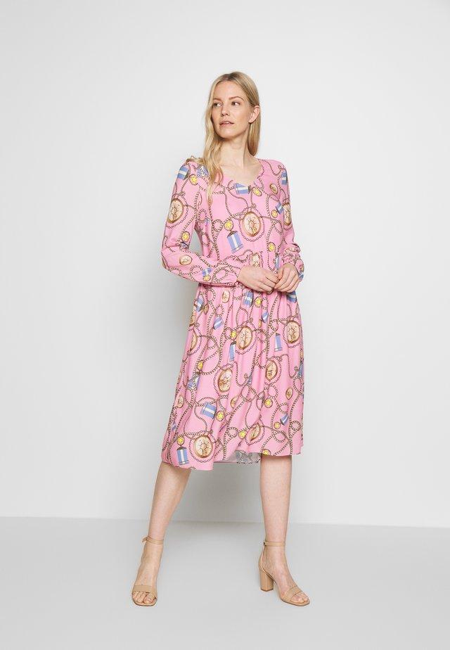 DRESS WITH PRINT - Denní šaty - spring pink