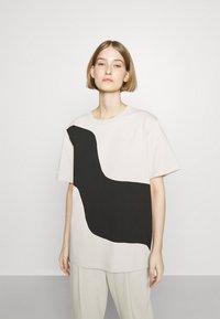 Marimekko - KIOSKI VAHVA TAIFUUNI PLACEMENT - Print T-shirt - light beige/black - 0