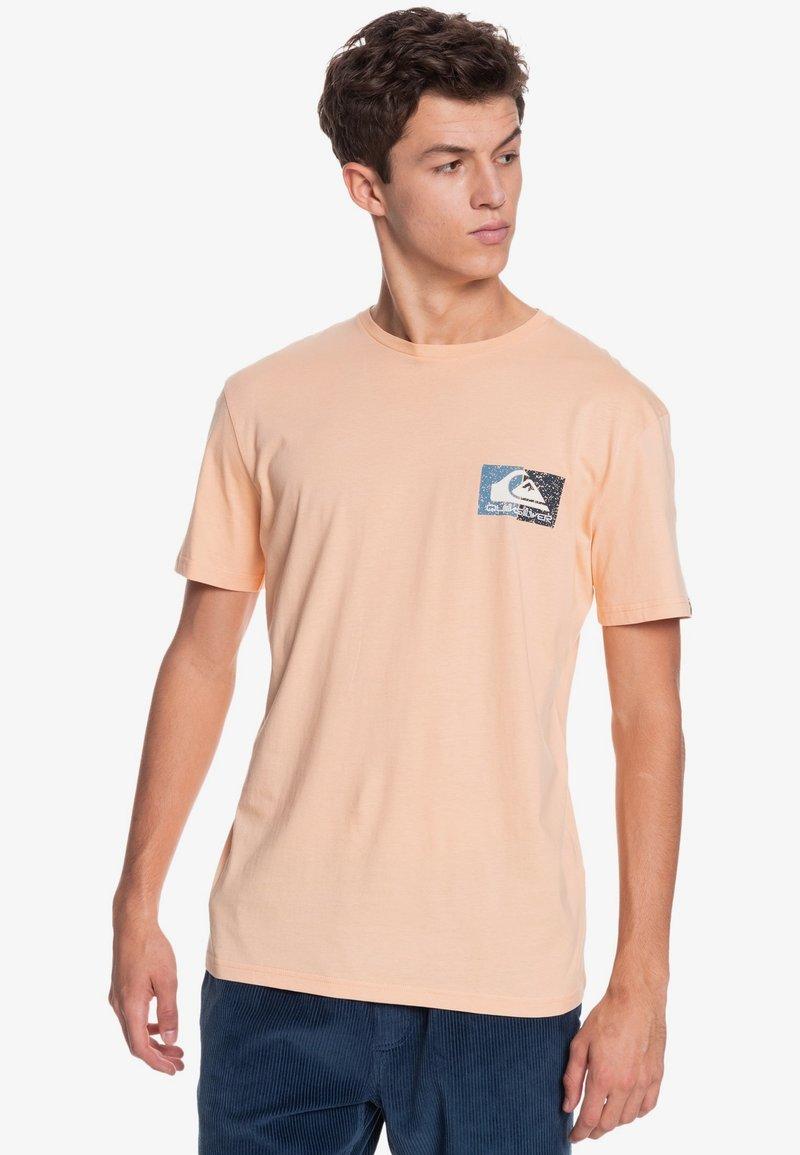 Quiksilver - ISLE OF STOKE - Print T-shirt - apricot