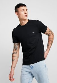 Calvin Klein - CHEST LOGO - T-shirt - bas - black - 0