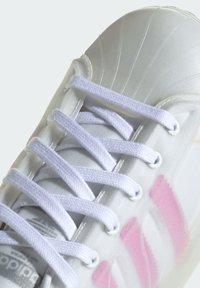 adidas Originals - SUPERSTAR FUTURESHELL  - Tenisky - ftwr white screaming pink crew yellow - 6
