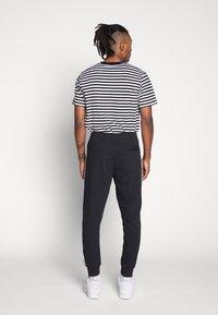 Nike Sportswear - Nike Sportswear DNA French-Terry-Jogger für Herren - Træningsbukser - black/white - 2