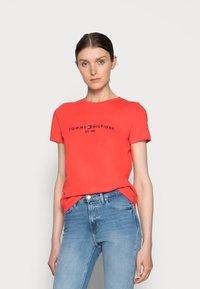 Tommy Hilfiger - REGULAR HILFIGER TEE - Print T-shirt - red - 0