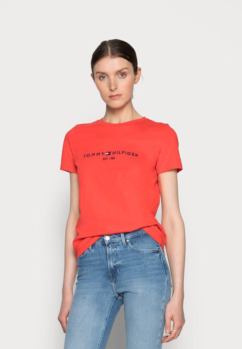 Tommy Hilfiger - REGULAR HILFIGER TEE - Print T-shirt - red