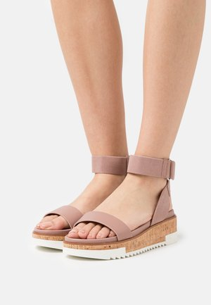FLACHSEE - Sandały na platformie - light pink
