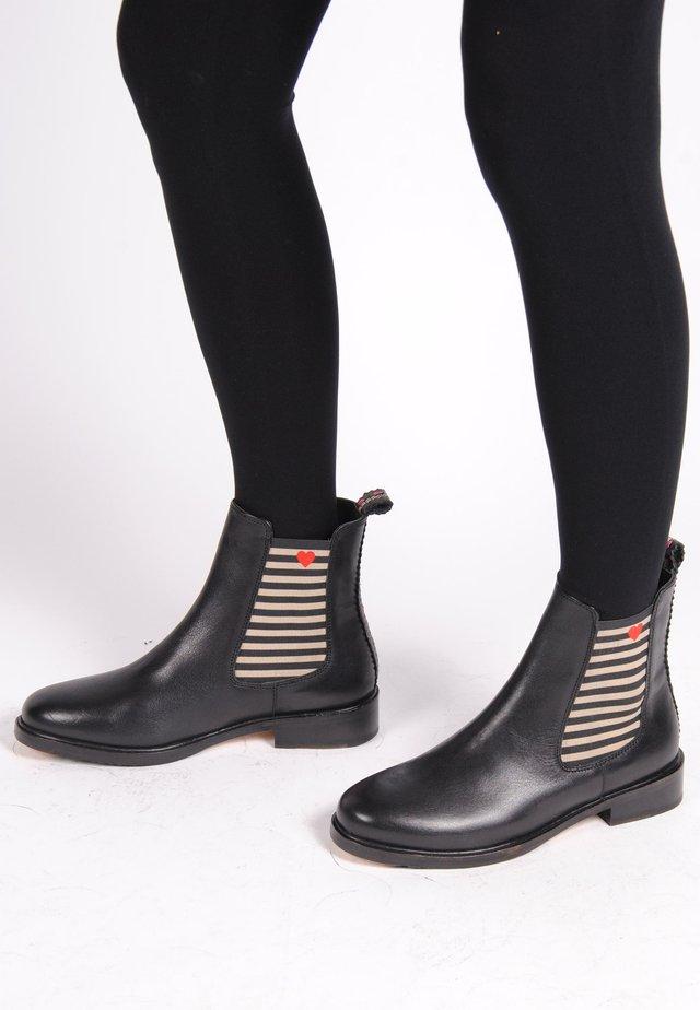 CHELSEA BOOT VANESSA MIT STREIFEN UND HERZCHEN - Classic ankle boots - black