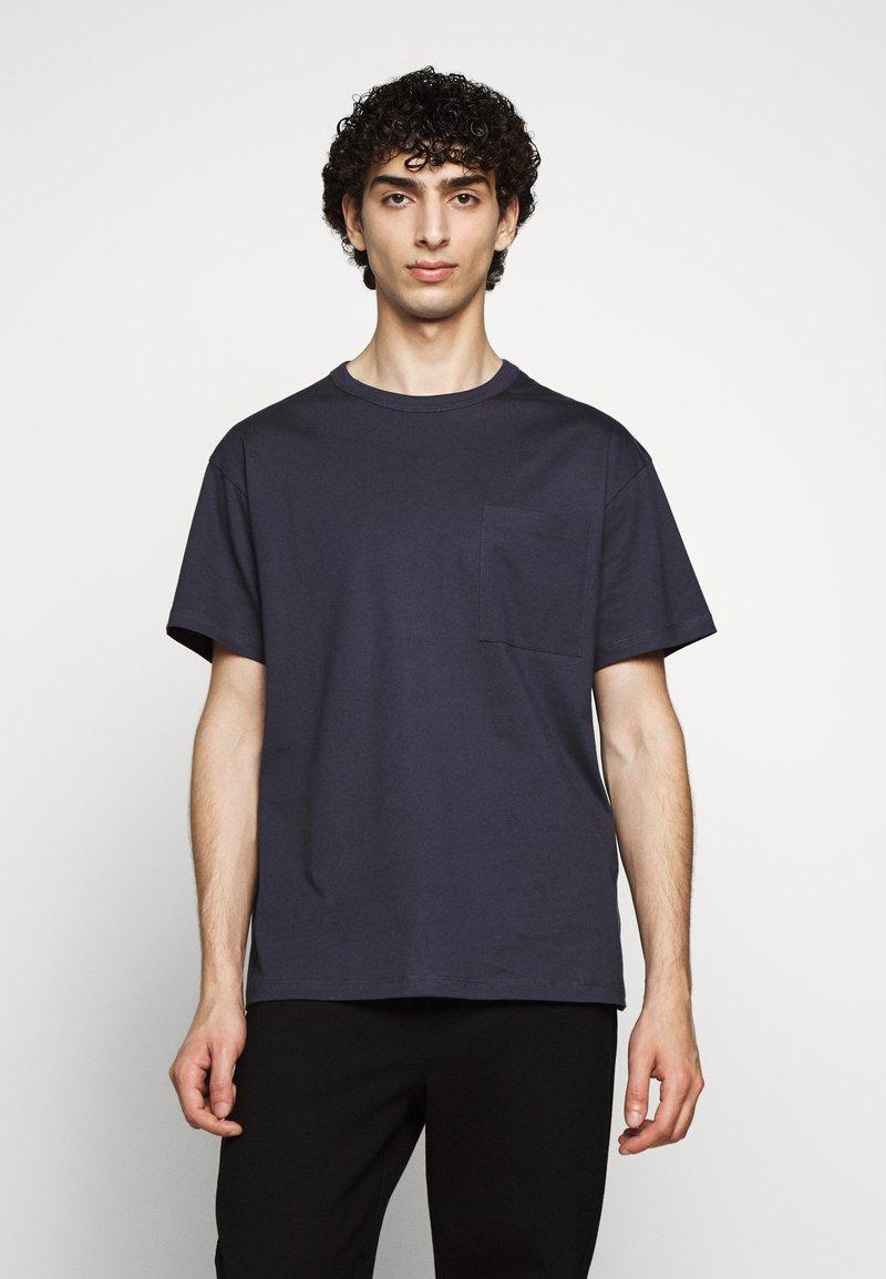 Filippa K - BRAD - Jednoduché triko - ink blue