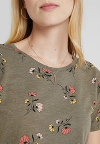 edc by Esprit - FLOWERS SHORT - Print T-shirt - olive - 4