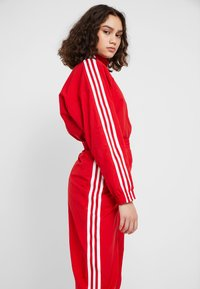 adidas Originals - LOCK UP ADICOLOR NYLON TRACK PANTS - Joggebukse - red - 4