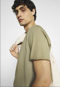 Selected Homme - SLHWYATT O NECK TEE  - T-shirt - bas - aloe - 4