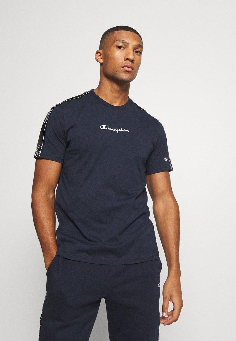 Champion - LEGACY TAPE CREWNECK - T-shirt print - dark blue