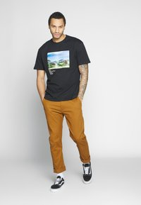 Criminal Damage - WORLD LAND TRUST ELEPHANT TEE - T-shirt z nadrukiem - black - 1
