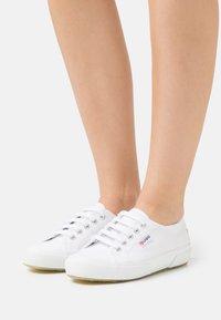 Superga - Sneakersy niskie - white/grey/silver birch - 0