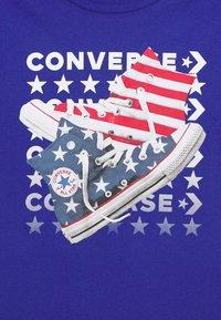 Converse - AMERICANA SHOES TEE - Print T-shirt - converse blue - 2