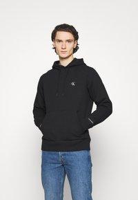 Calvin Klein Jeans - ESSENTIAL REGULAR HOODIE - Felpa - black - 0