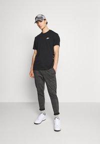 Nike Sportswear - T-shirt med print - black/white - 1