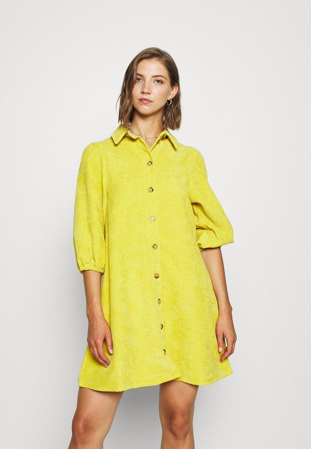 HALO - Košilové šaty - cyber yellow