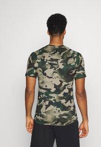 Nike Performance - SLIM CAMO - Print T-shirt - galactic jade/baroque brown - 2