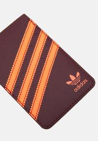 adidas Originals - Obal na telefon - maroon/solar orange - 3