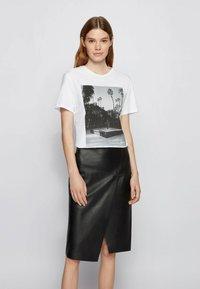 BOSS - EIMA - Print T-shirt - natural - 0