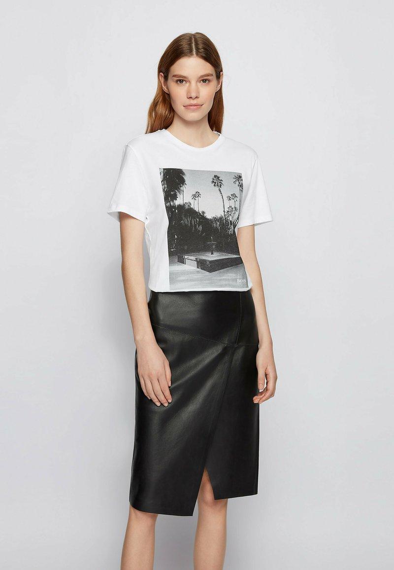 BOSS - EIMA - Print T-shirt - natural