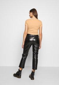 Even&Odd - BUTTON THROUGH SLIM FIT 2 PACK - T-shirt imprimé -  black/tan - 3