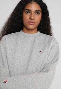 Tommy Jeans - CLASSICS - Sweatshirt - light grey - 4