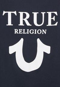 True Religion - CREW NECK BIG HORSESHOE - Triko spotiskem - navy - 2